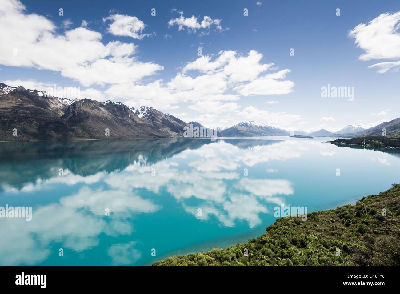 Les nuages et le ciel reflète dans le lac encore Banque D'Images