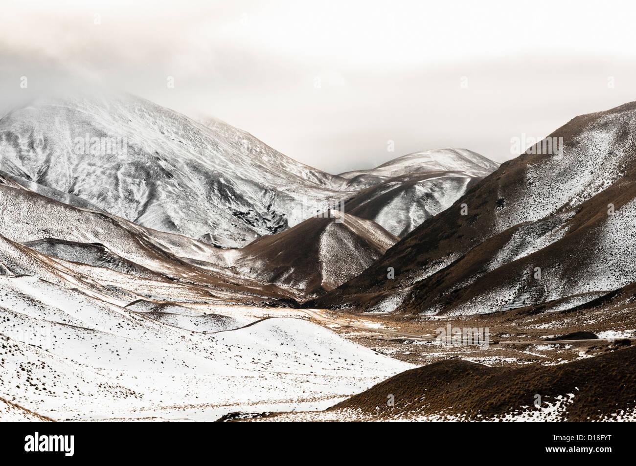 Col de montagne pavée in rural landscape Photo Stock