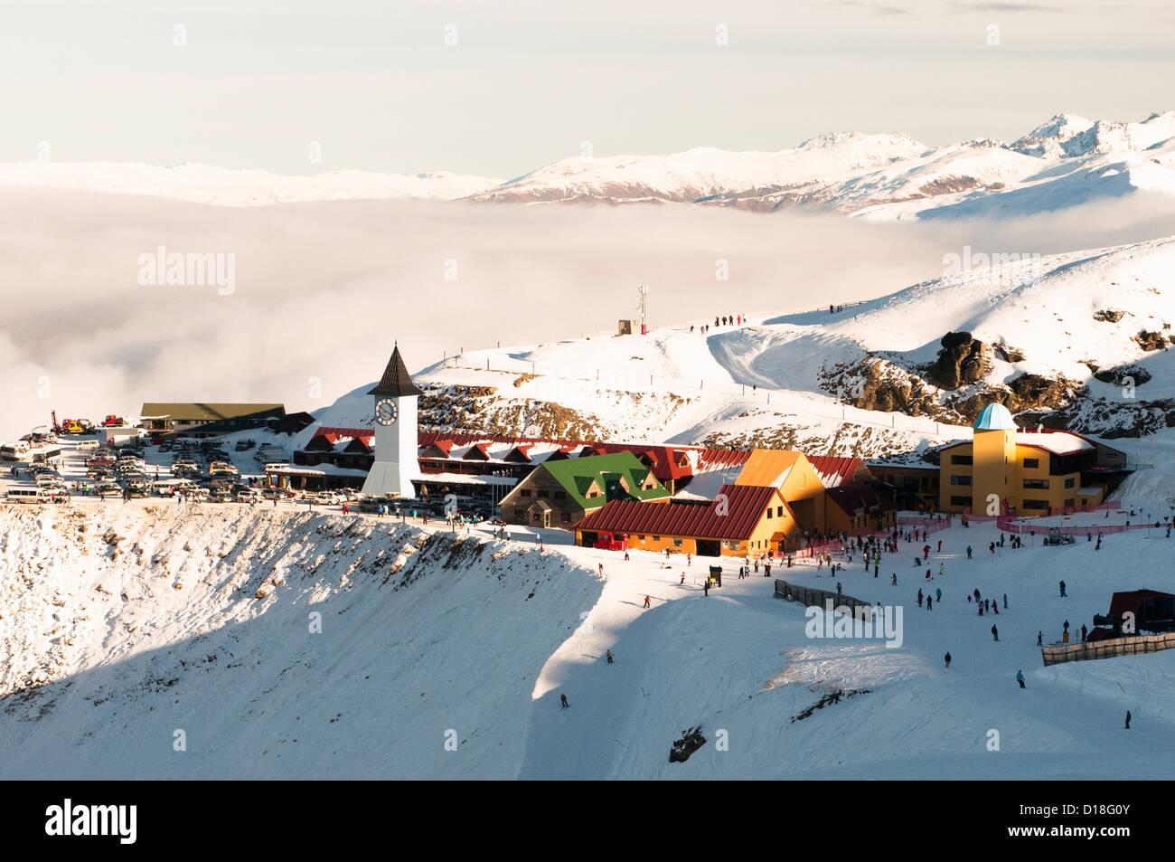 Vue aérienne de la ville de montagne enneigée Photo Stock
