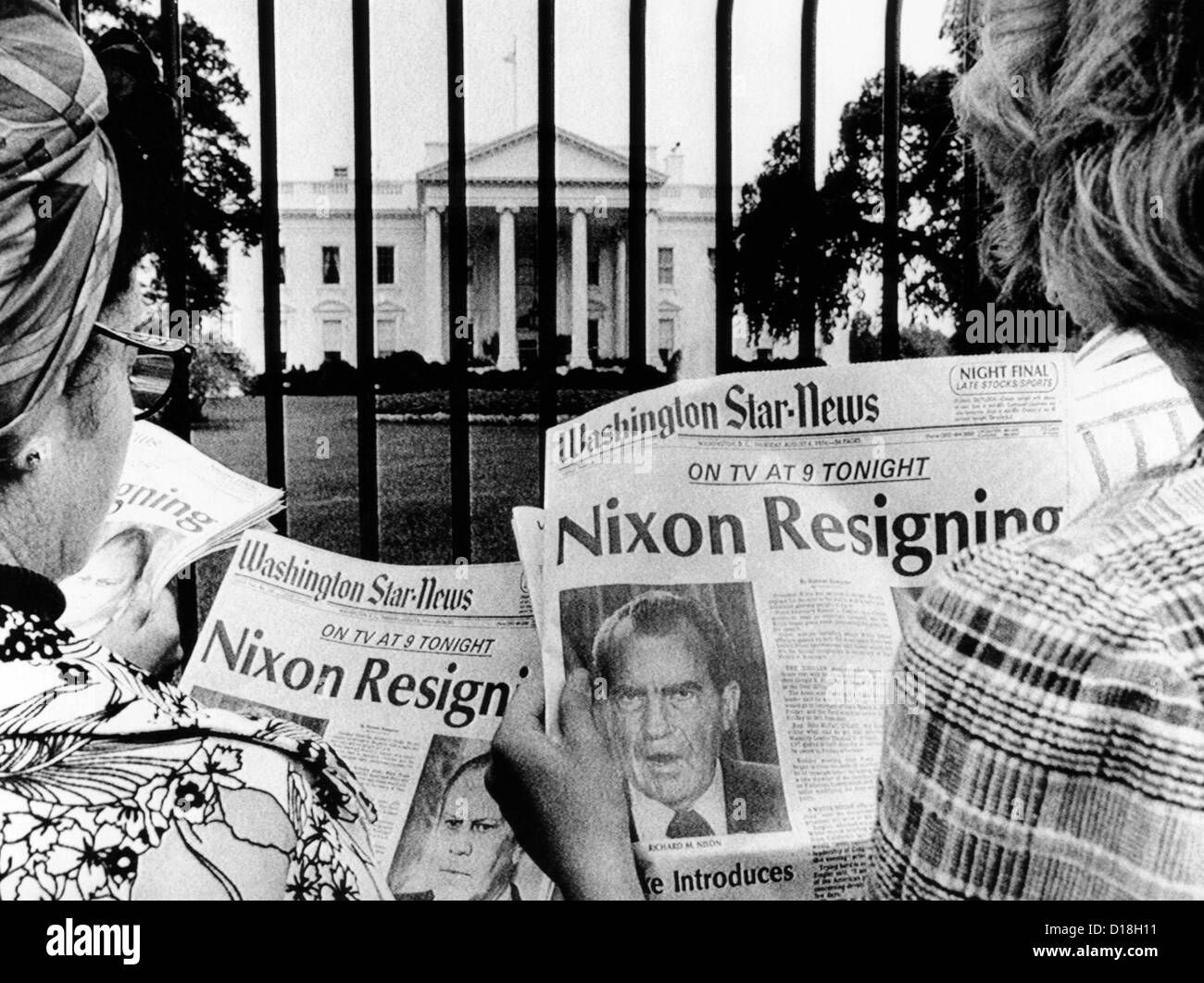 Les touristes en face de la Maison Blanche lire les gros titres, 'Nixon démissionne.' Le 8 août 1974. __CSU (ALPHA Banque D'Images