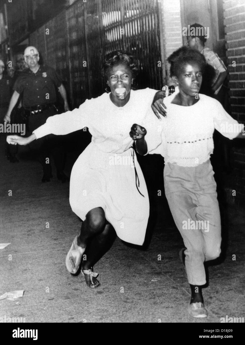 Deux jeunes filles afro-américains, l'un criant au cours des émeutes de la section de Bedford-Stuyvesant Photo Stock