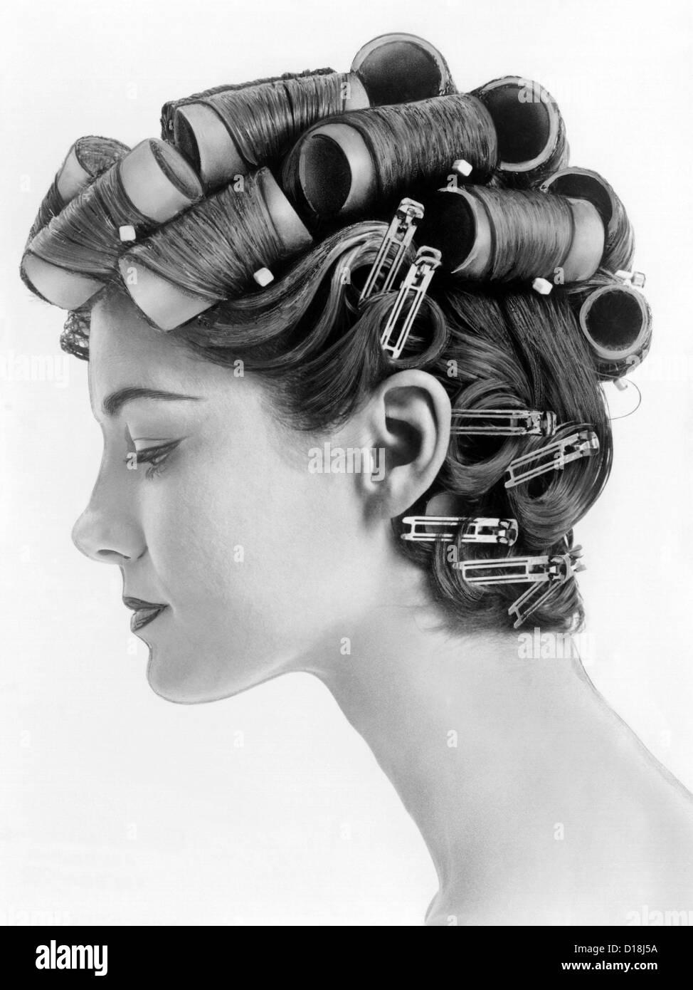 1960 bouffant hair styles ont été créés avec de gros rouleaux sur le dessus de la tête Photo Stock