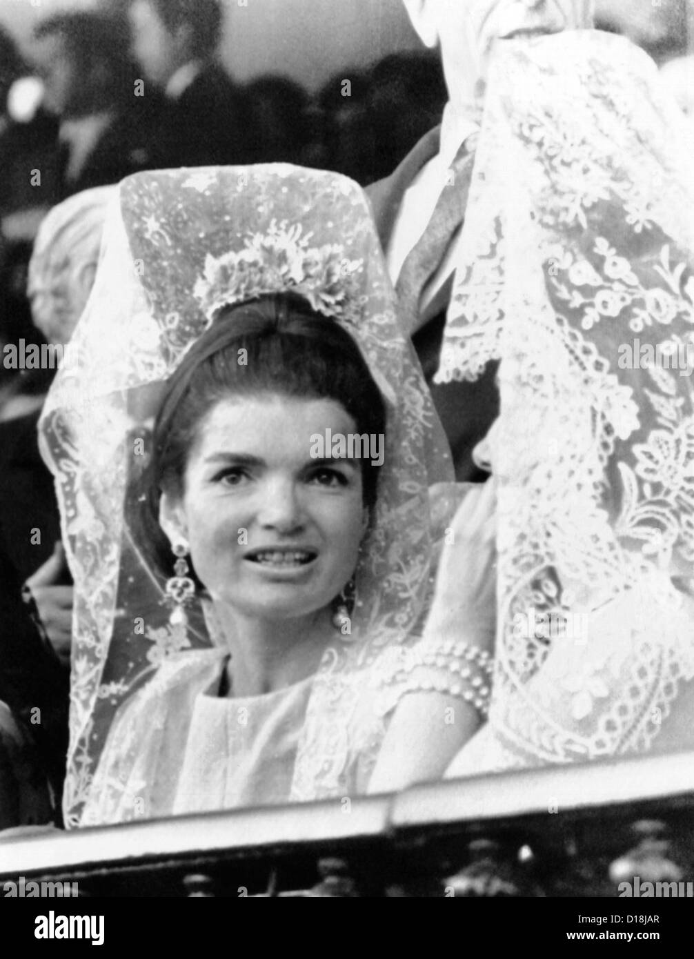 Jacqueline Kennedy porte une mantille de dentelle traditionnelle à la Féria de Séville, en Espagne. Photo Stock