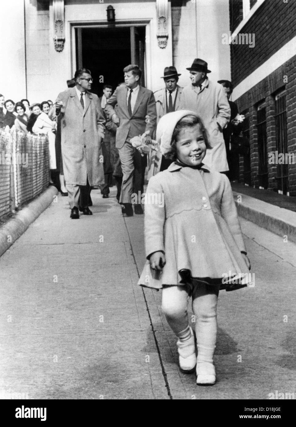 Caroline Kennedy pour son troisième anniversaire. Dans l'arrière-plan, son père, le président Photo Stock