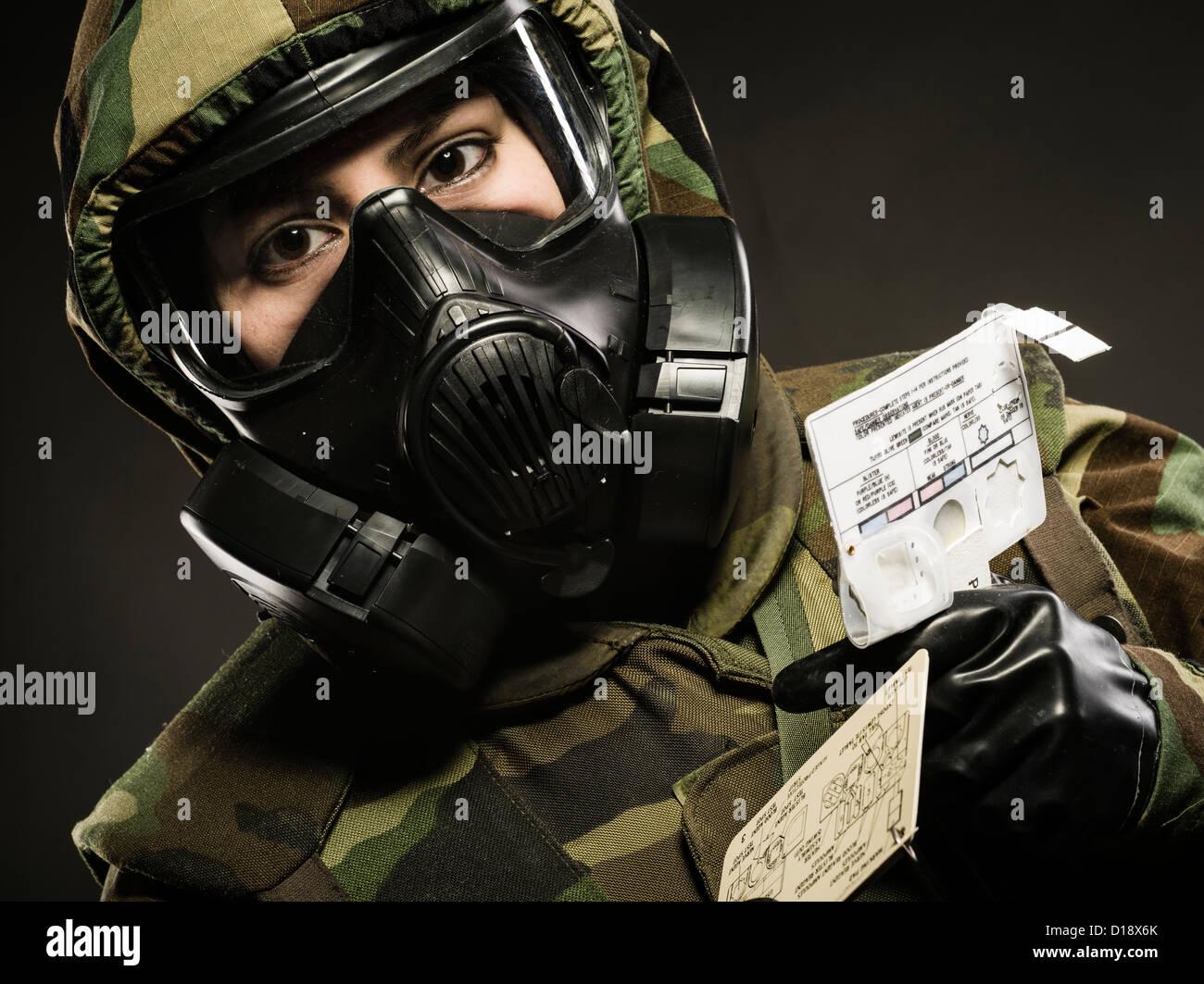 Dans l'US Marine de MOPP inc masque à gaz utilise M272 Kit d'analyse de l'eau Agent chimique ( Photo Stock