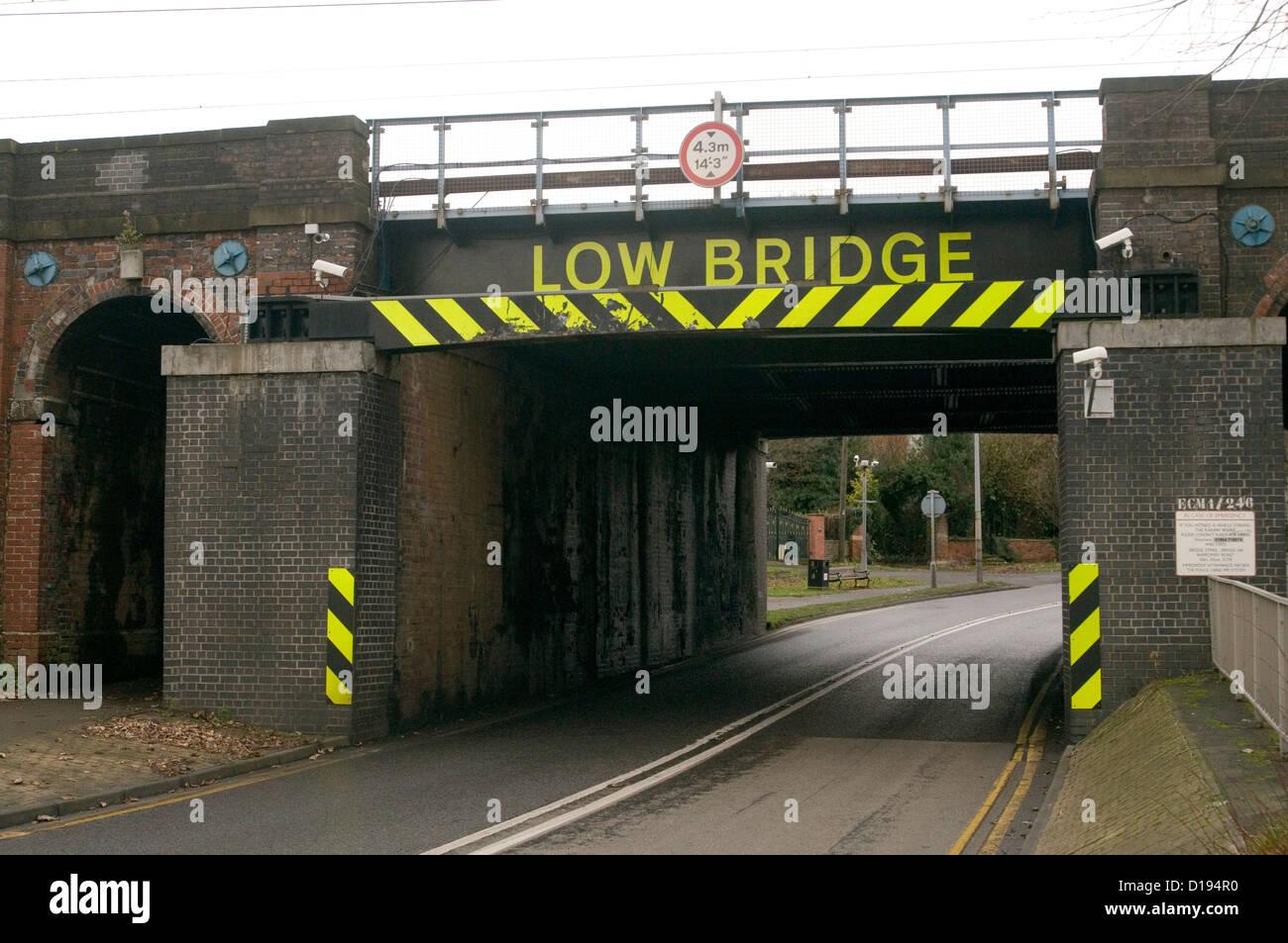 Pont ponts faibles signes signe route rail uk limitation de hauteur Photo Stock