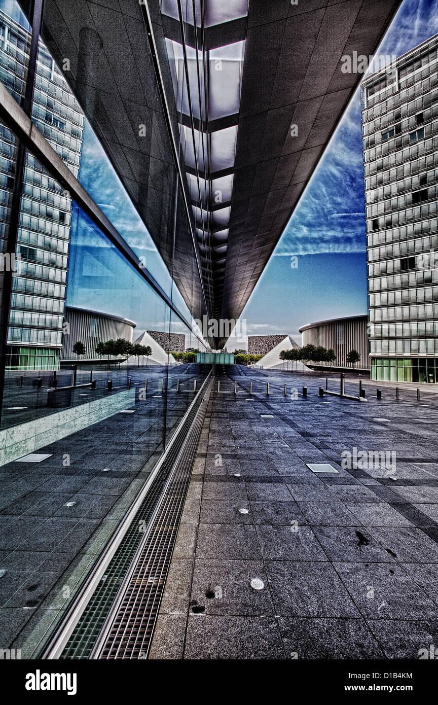 L'architecture moderne, les reflets dans les fenêtres du Centre des Congrès, Place de l'Europe, Photo Stock