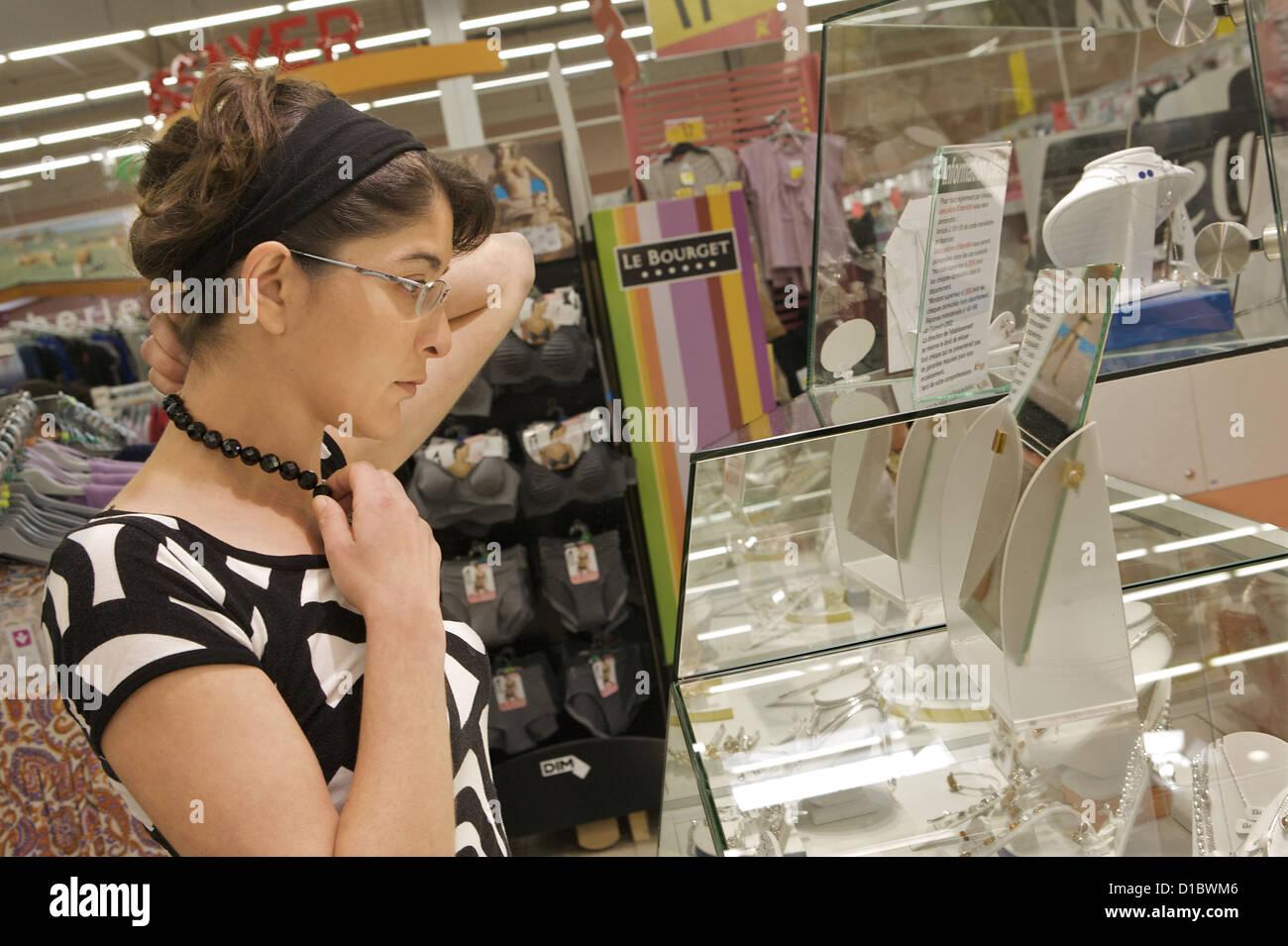 date de sortie: e8523 369d7 Montélimar, France, jeune femme dans le rayon bijouterie au ...