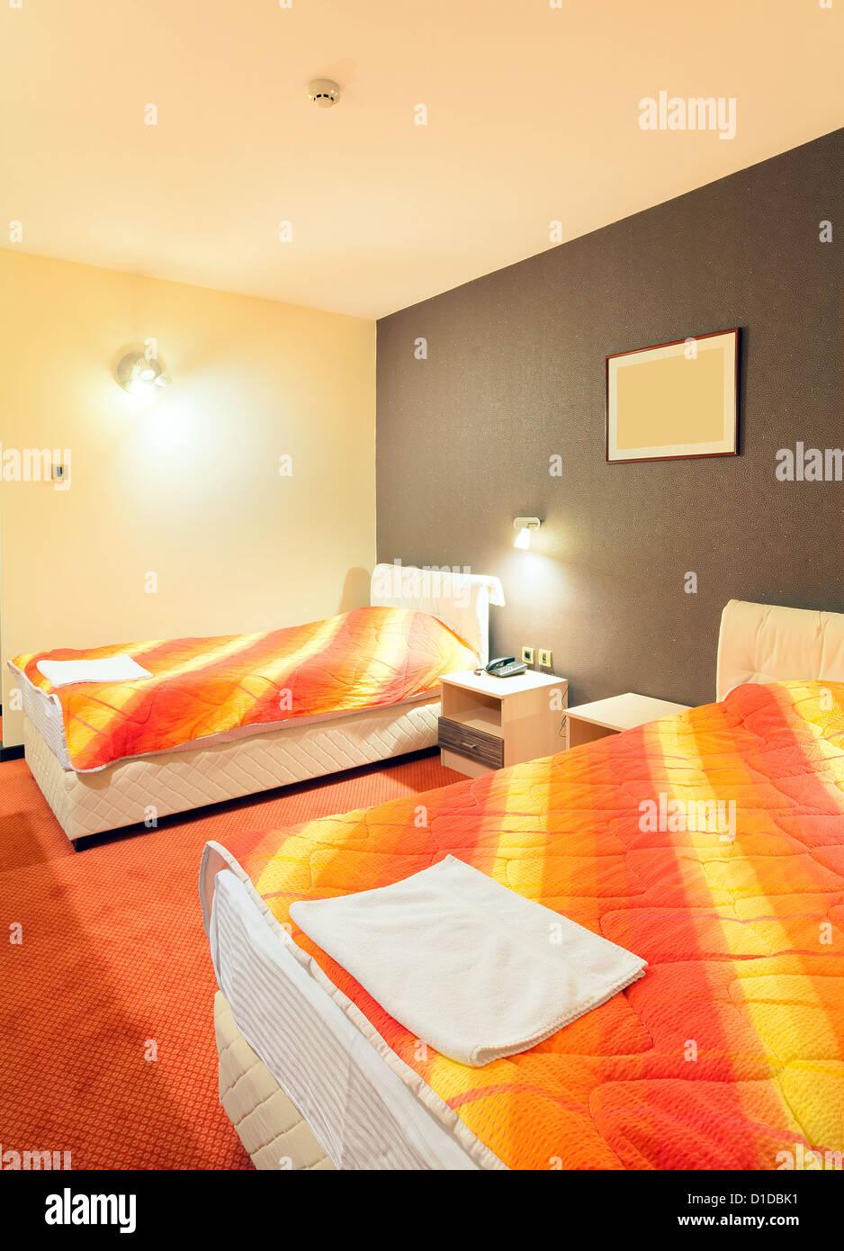 Intérieur d\'une chambre d\'hôtel pour deux, avec des meubles ...