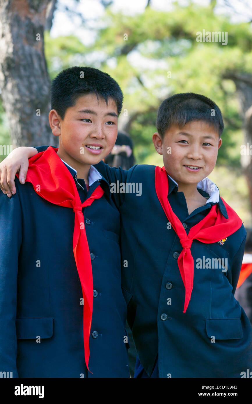 Deux garçons à Kaeson Park lors de célébrations de Kim Il Sung son 100e anniversaire le 15 avril 2012, Pyongyang, Corée du Nord Banque D'Images