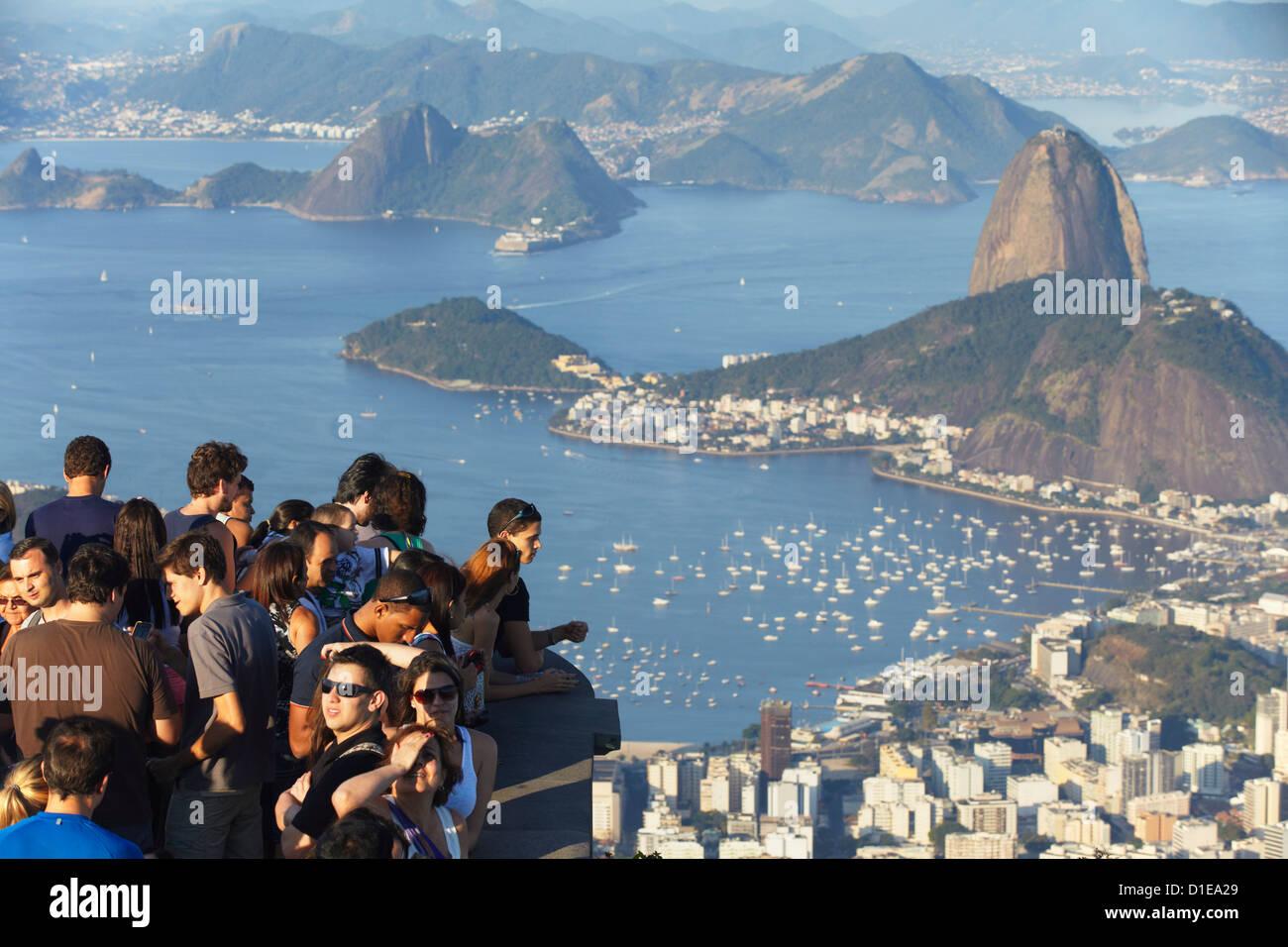 Les touristes enjoying view de mont du Pain de Sucre (Pao de Acucar) et Botafogo Bay de Corvocado, Rio de Janeiro, Banque D'Images