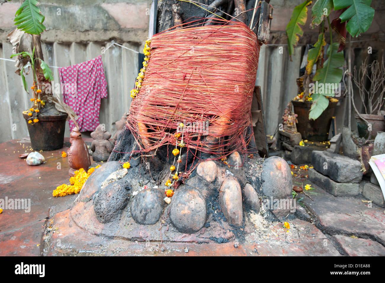 Sanctuaire hindou autour d'arbre, décoré de guirlandes et de souci rouge sacré des chaînes, Photo Stock