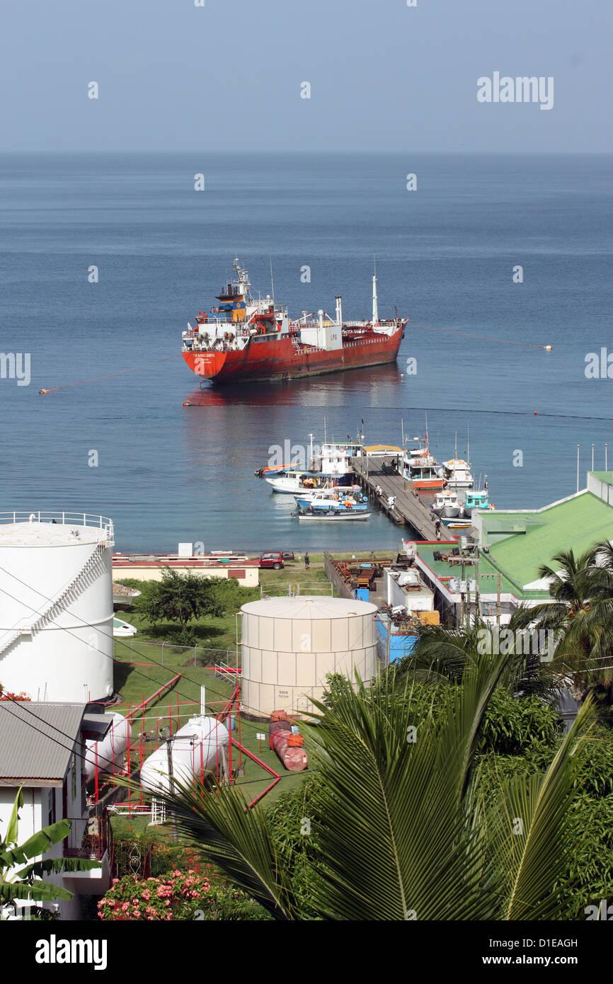 La Grenade. La baie de Grand Mal. Voir de camion-citerne de carburant des réservoirs de stockage. Photo Stock