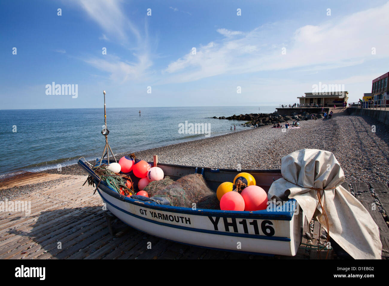 Bateau de pêche sur la plage de galets à Sheringham, Norfolk, Angleterre, Royaume-Uni, Europe Photo Stock