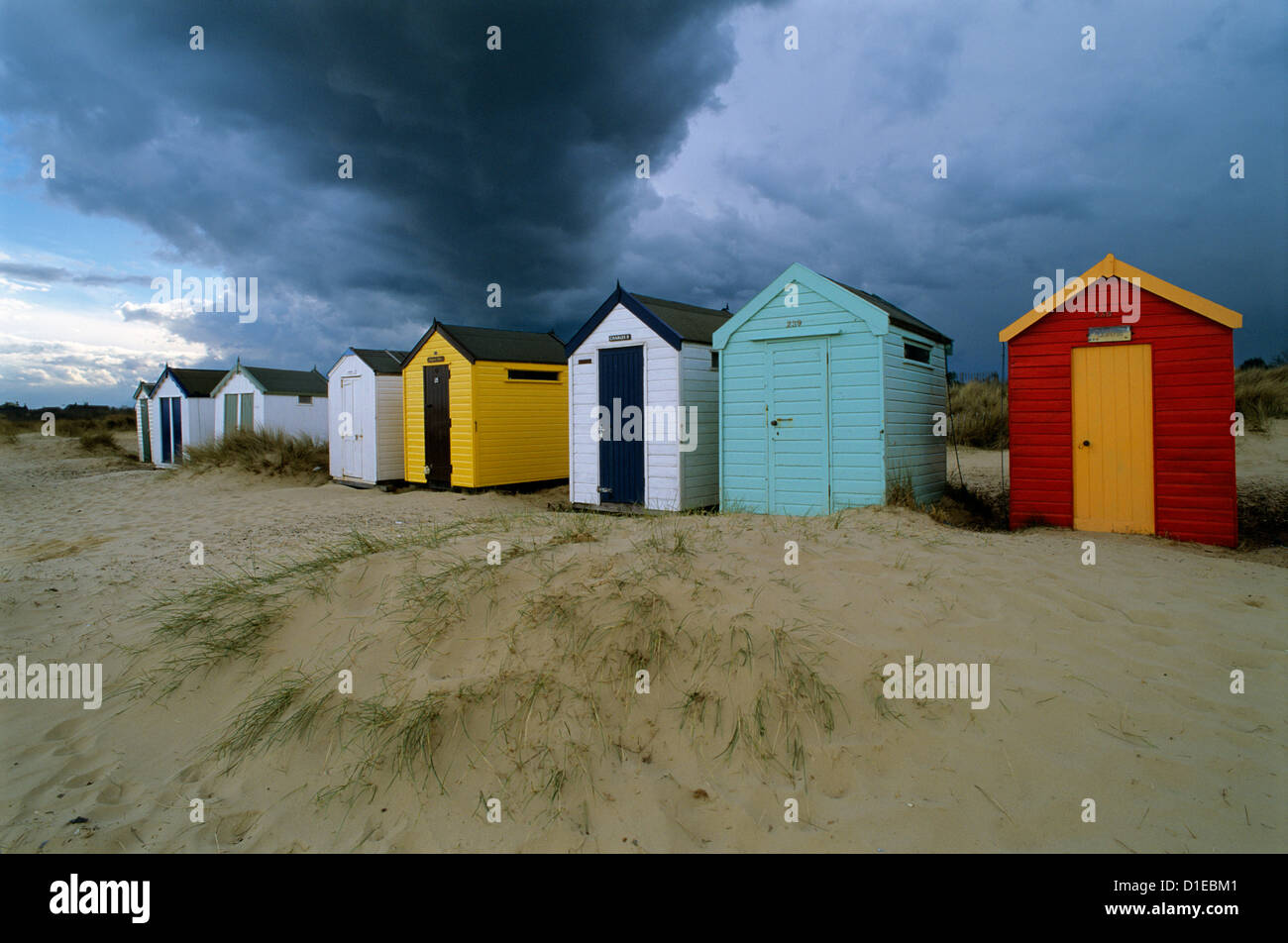 Cabines de plage sous ciel d'orage, Southwold, Suffolk, Angleterre, Royaume-Uni, Europe Photo Stock