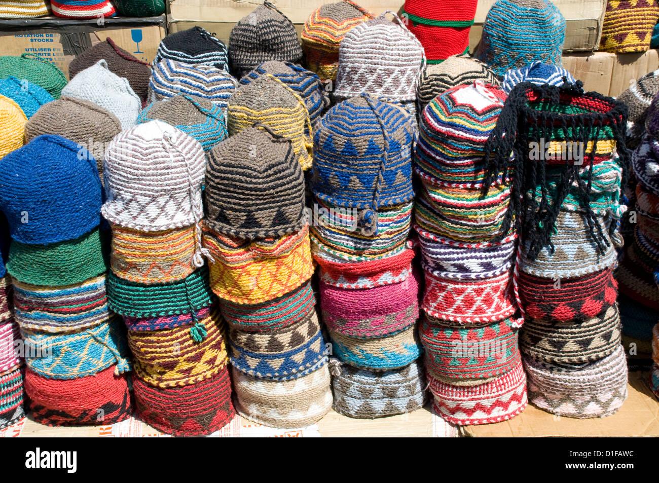 chapeaux de laine tricot de couleur vive pour la vente dans le souk de marrakech maroc. Black Bedroom Furniture Sets. Home Design Ideas