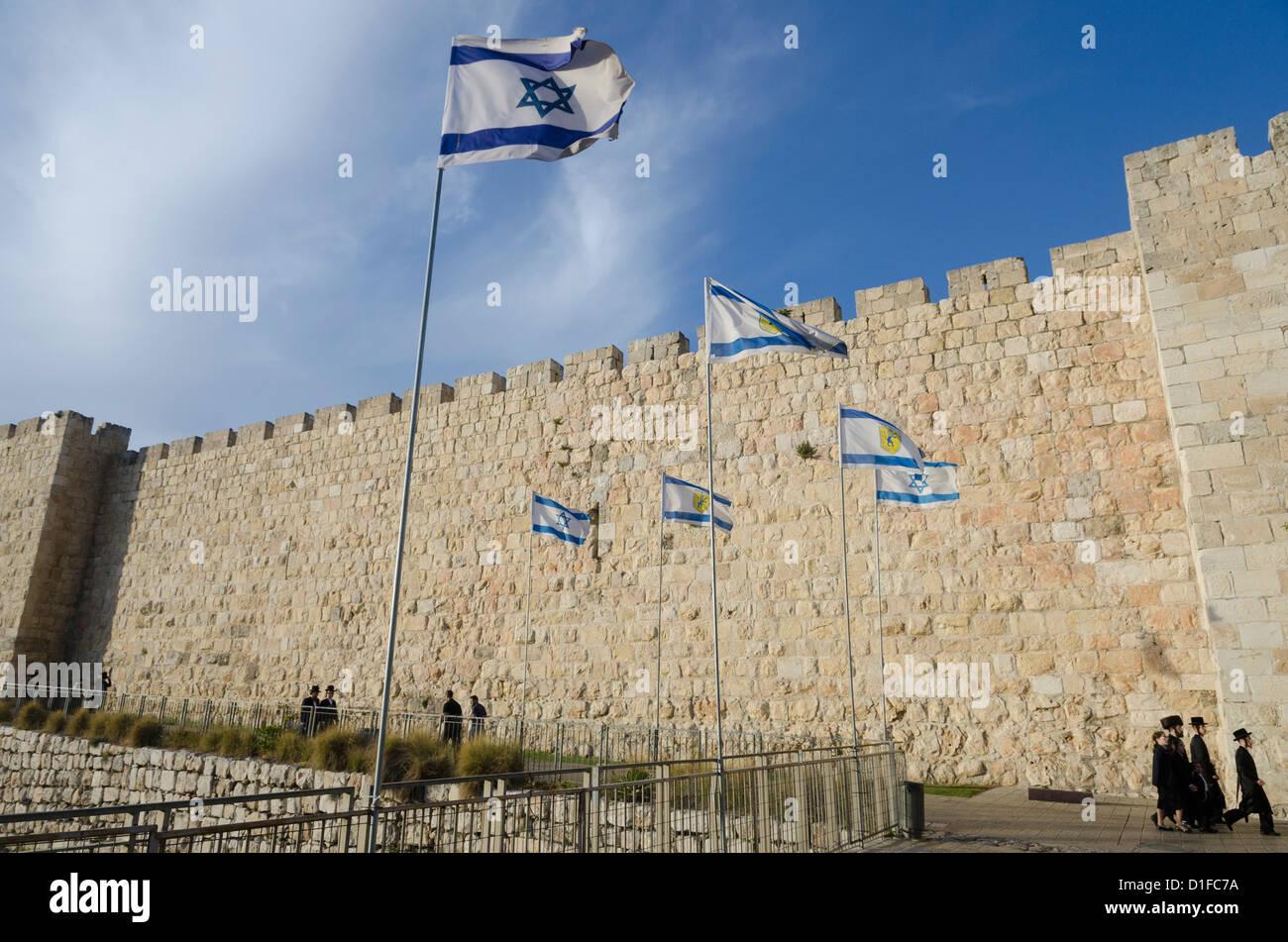 Voir des murs de la Cité avec les juifs orthodoxes et drapeau israélien. Vieille ville, Jérusalem, Israël, Moyen Banque D'Images