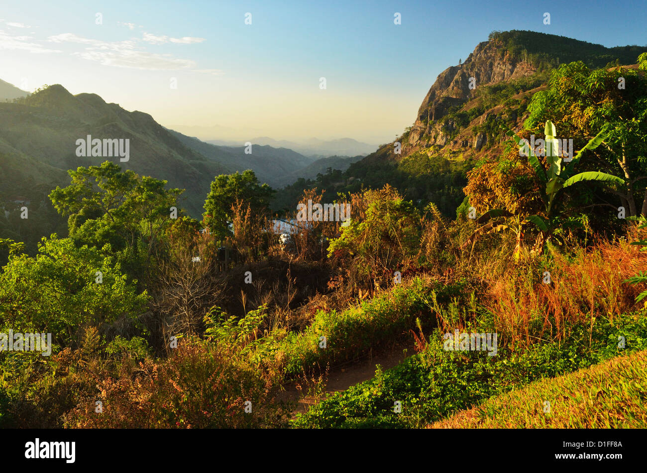 Voir d'Ella Gap vers la côte sud, Ella Village, hauts plateaux du centre, le Sri Lanka, l'Asie Photo Stock