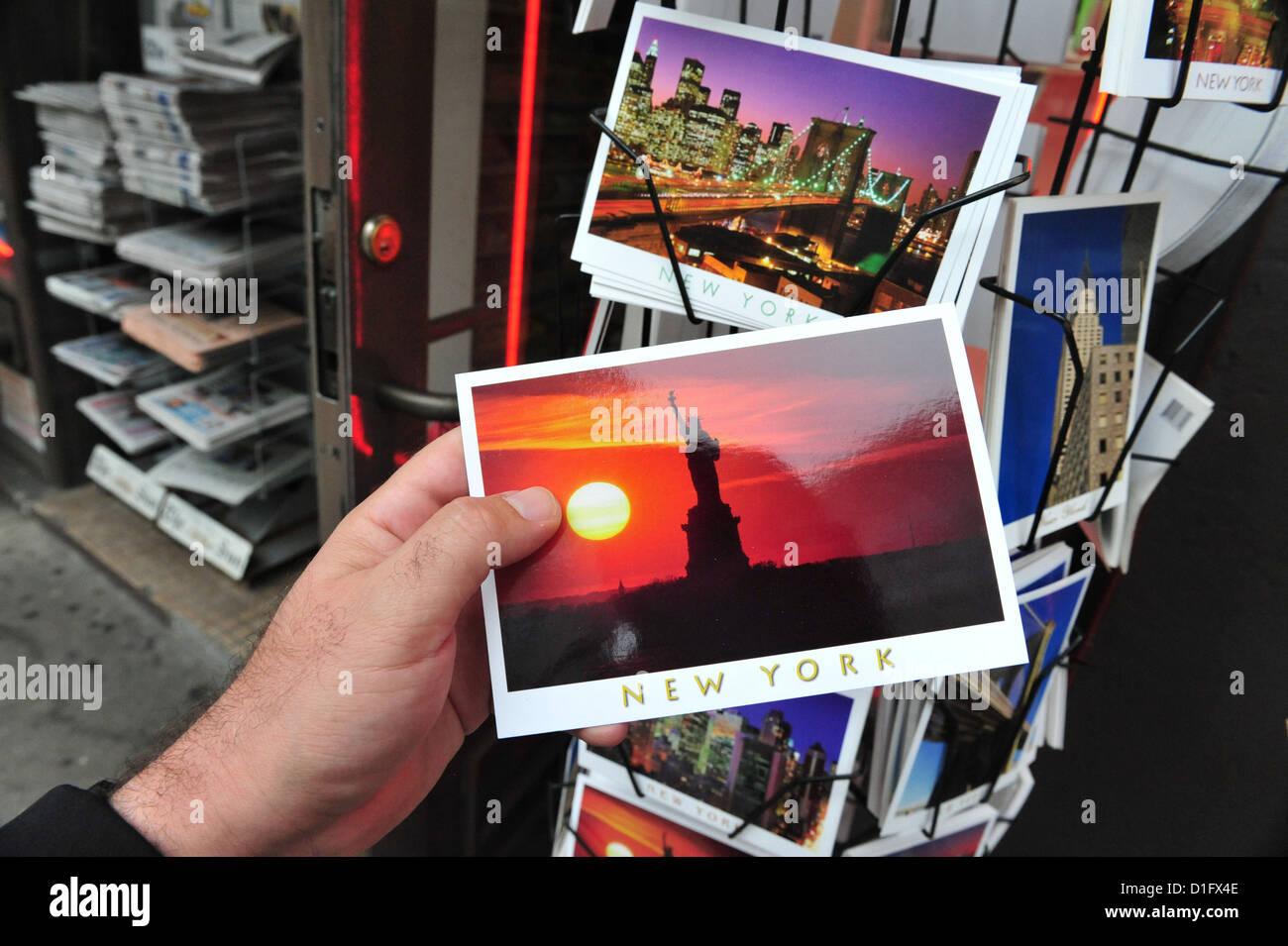 Stand des cartes postales avec une carte postale de la Statue de la Liberté à New York. Photo Stock