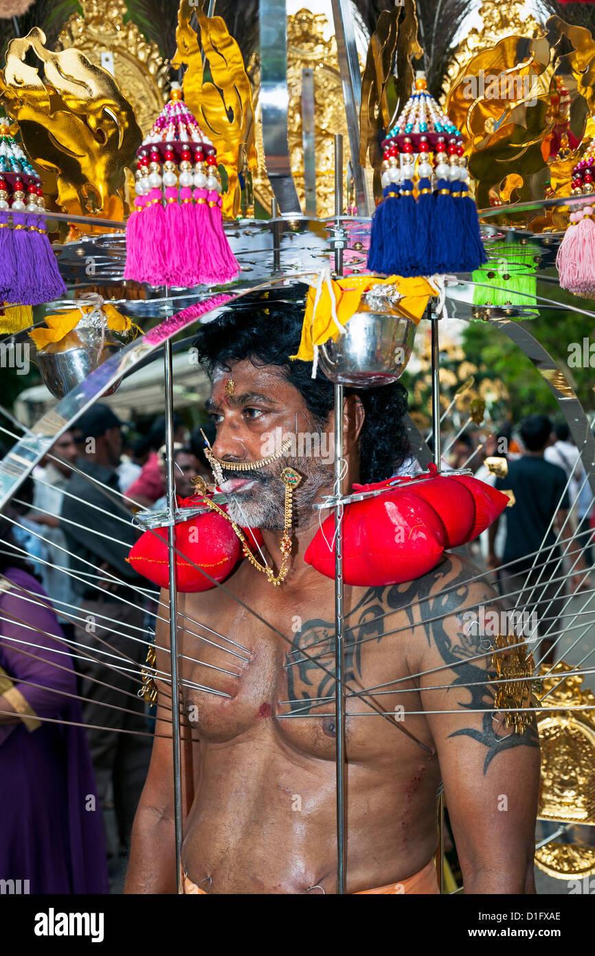 Un dévot hindou exerçant son sanctuaire portable pendant Thaipusam à Singapour, en Asie du Sud-Est, Photo Stock