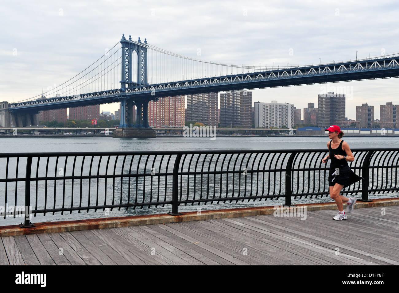 American Woman fonctionne sous pont de Manhattan le 10 octobre 2009 à Manhattan, New York. Banque D'Images