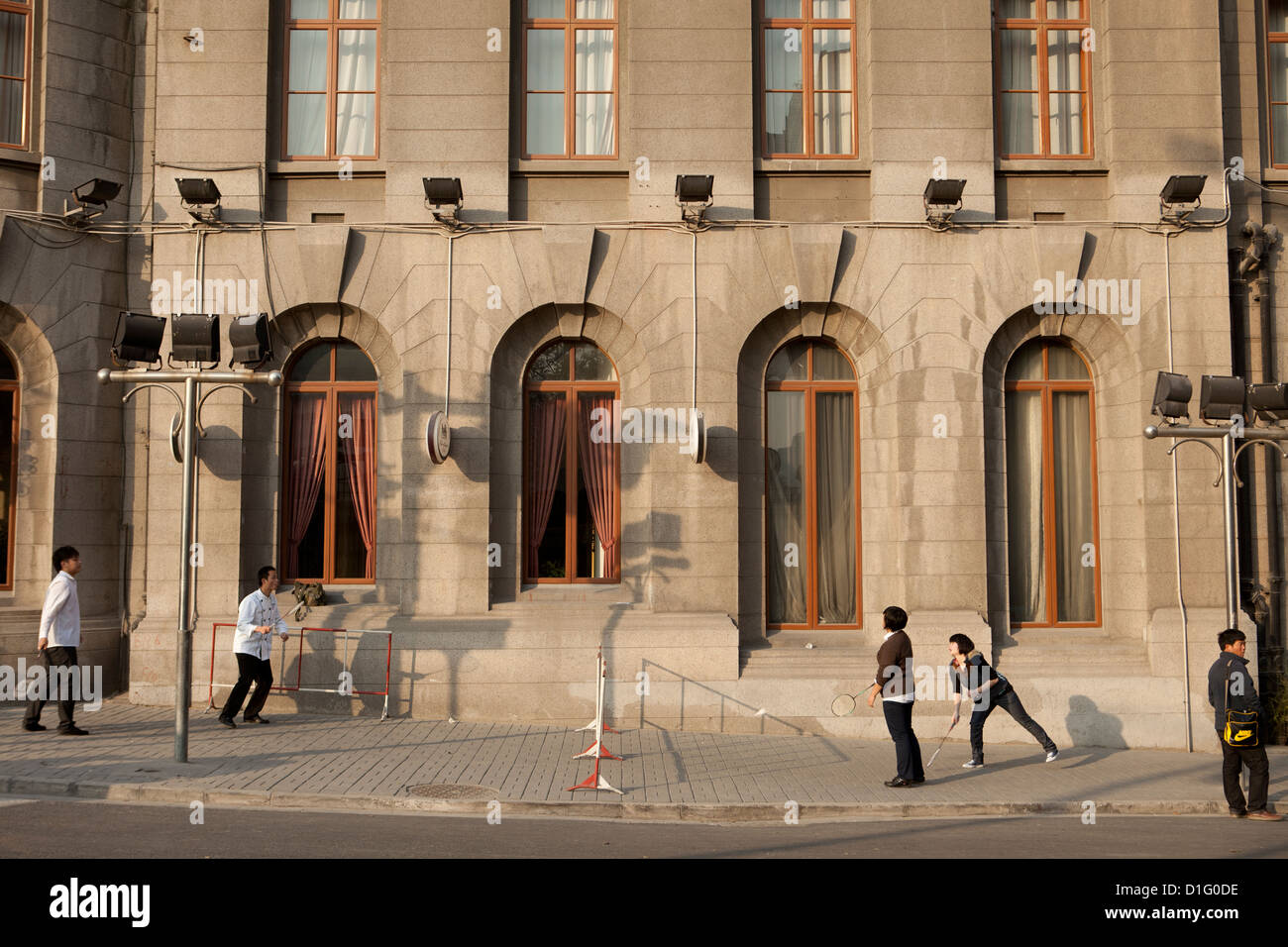 Les gens à jouer au badminton dans la rue à Shanghai. Chine 2009 Photo Stock