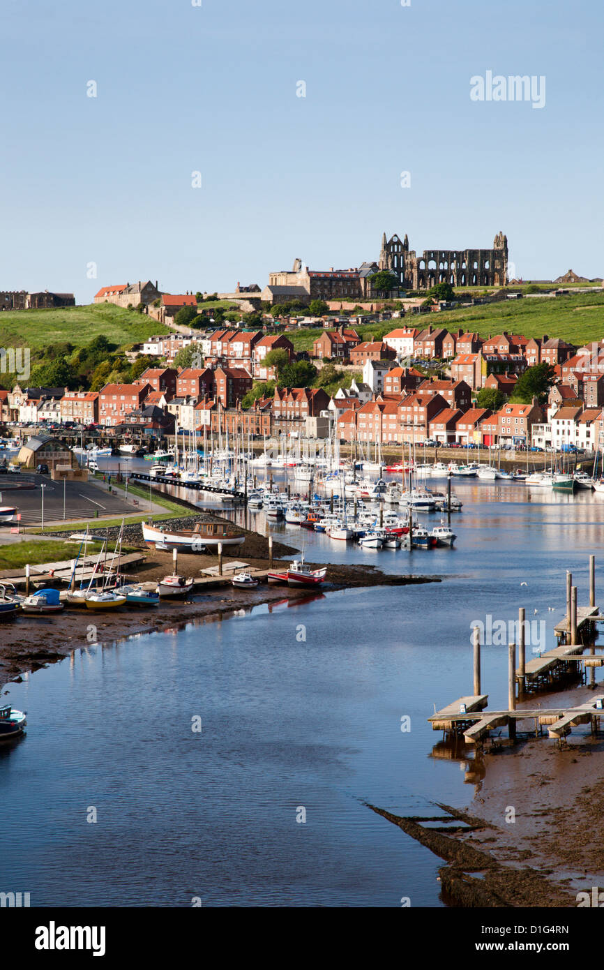 Whitby et la rivière Esk du nouveau pont, Whitby, North Yorkshire, Yorkshire, Angleterre, Royaume-Uni, Europe Photo Stock