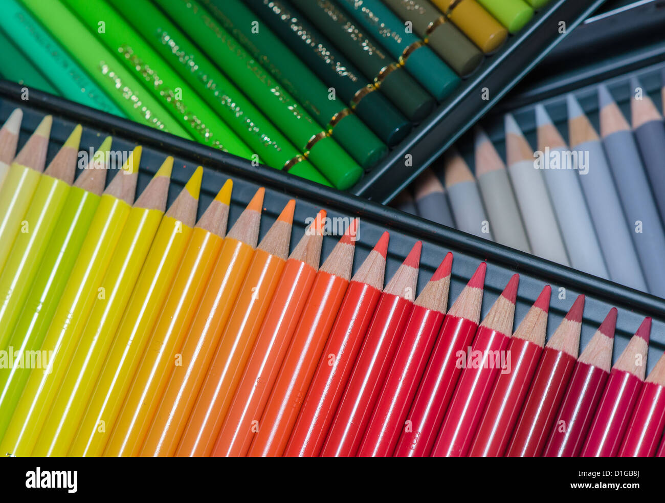 De nombreux crayons de couleur dans une boîte assortis Photo Stock