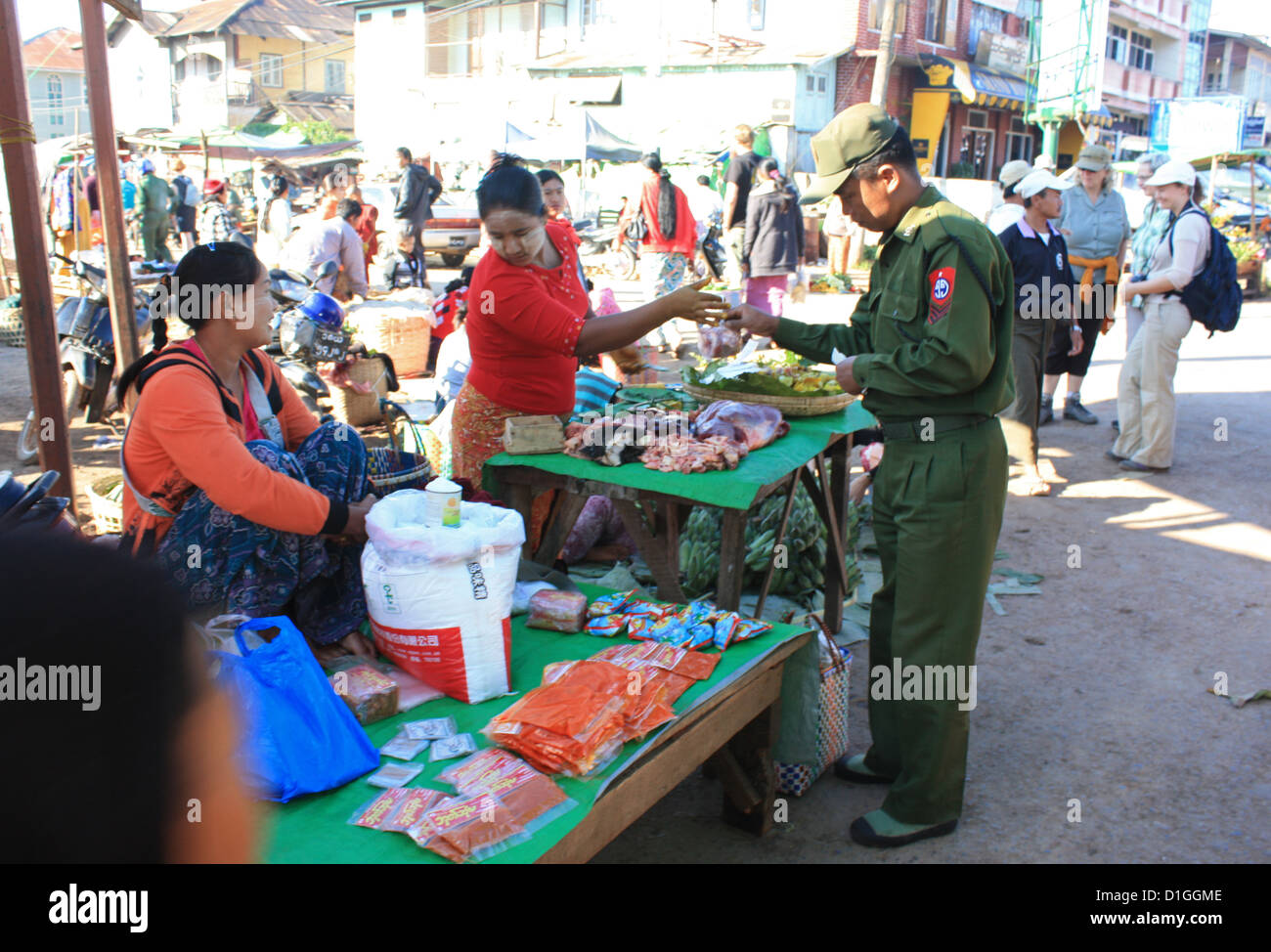 Membre de l'achat de matériel militaire produire de vendeurs au marché le jour du marché dans Photo Stock