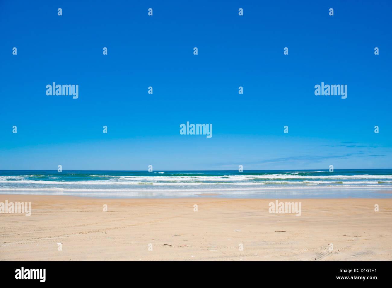 Soixante cinq Mile Beach avec du sable blanc et bleu ciel, Fraser Island, Queensland, Australie, Pacifique Banque D'Images