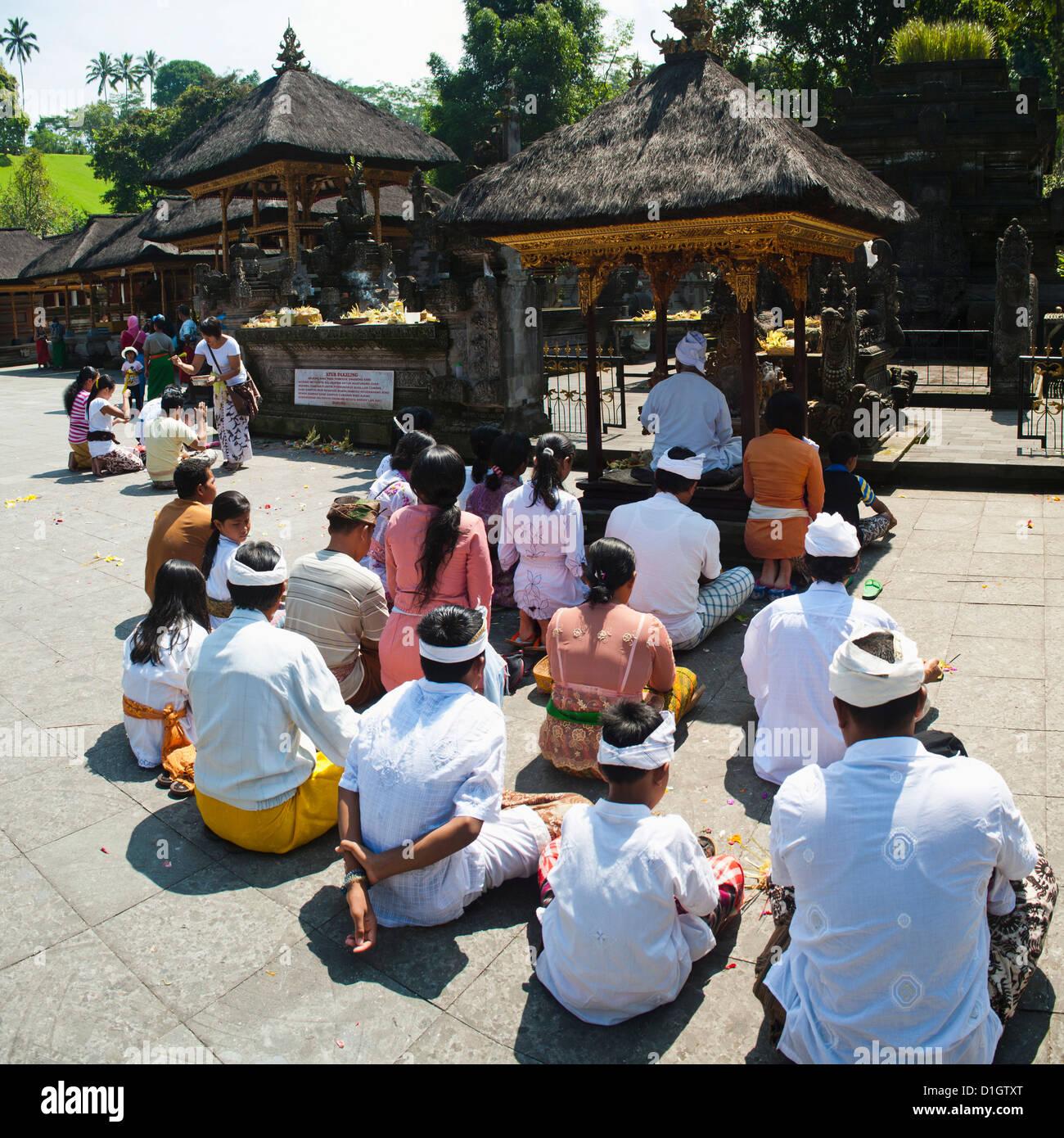 Groupe d'hindous priaient à Pura Temple Tirta Empul, Bali, Indonésie, Asie du Sud, Asie Banque D'Images