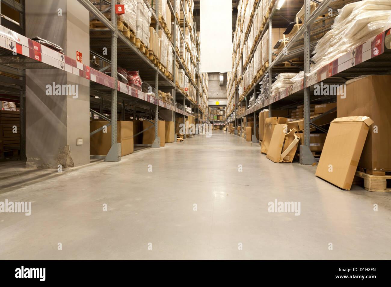 À l'intérieur d'un grand entrepôt de distribution Photo Stock