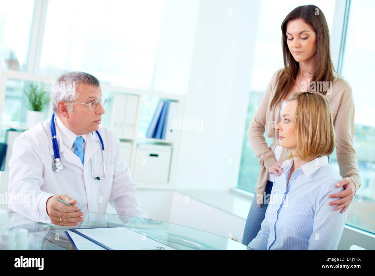 1f8595f3b3bad Portrait de femme mature et médecin interagissant à la consultation  médicale à l hôpital