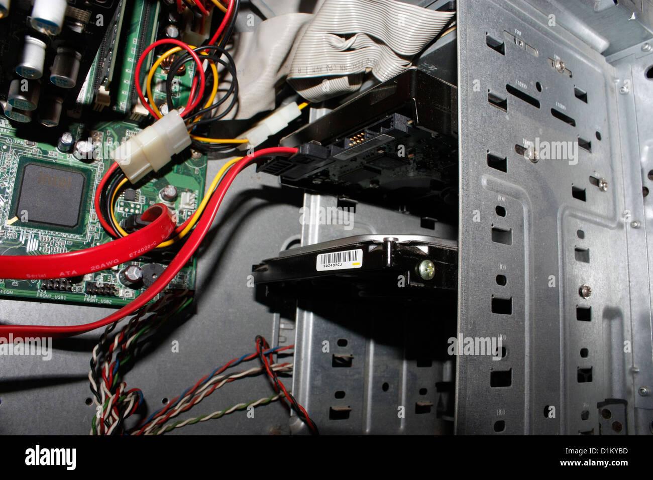 Un ordinateur de bureau PC avec cabinet ouvert montrant les pièces internes Photo Stock