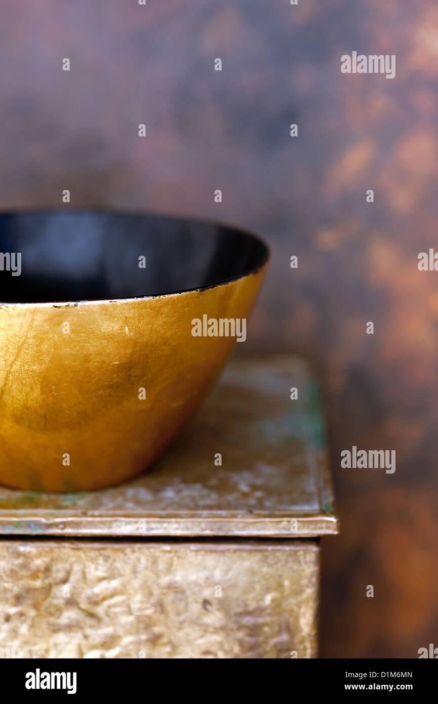 L'or et le noir laqué noir bol sur une vieille boîte en or. Photo Stock
