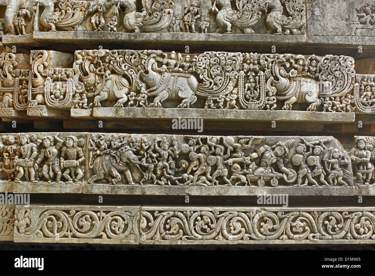 Sculpté en pierre des murs décorés de Hoysaleswara temple, Halebidu, Hassan District, Karnataka, Inde. Banque D'Images
