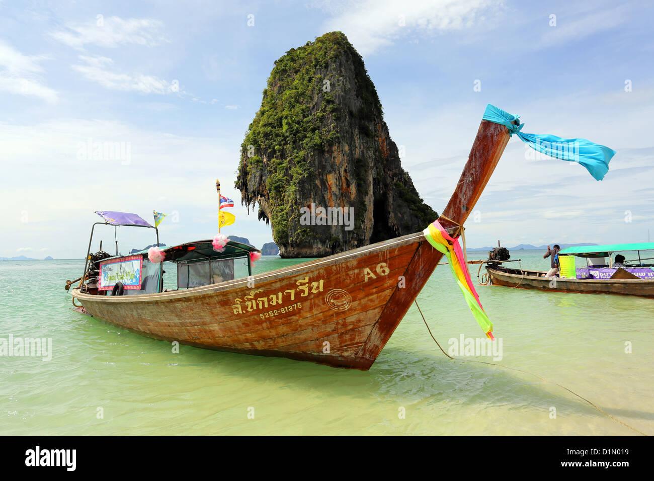 Thaï traditionnel bateau à longue queue Phranang Cave Beach, Railay Beach, Krabi, Phuket, Thailand Photo Stock