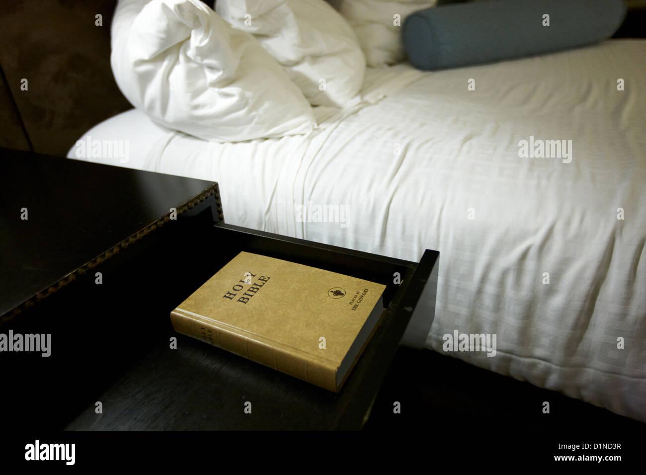 Sainte bible laissés par les gideons dans un tiroir à côté du lit dans une chambre d'hôtel Photo Stock