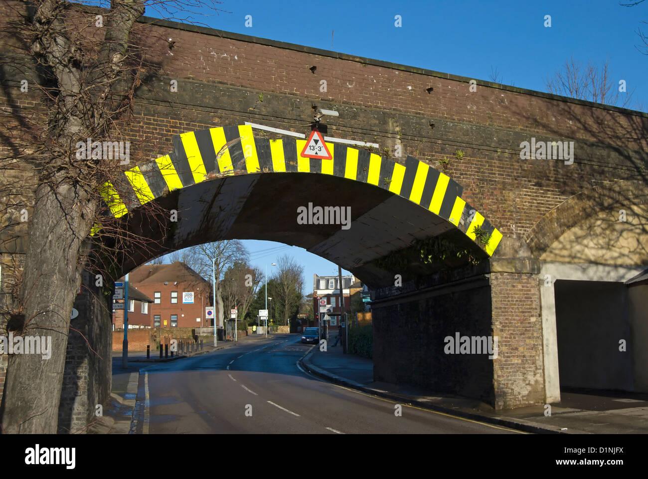 Pont de faible hauteur avec signe et marquages de détresse, Isleworth, Middlesex, Angleterre Photo Stock