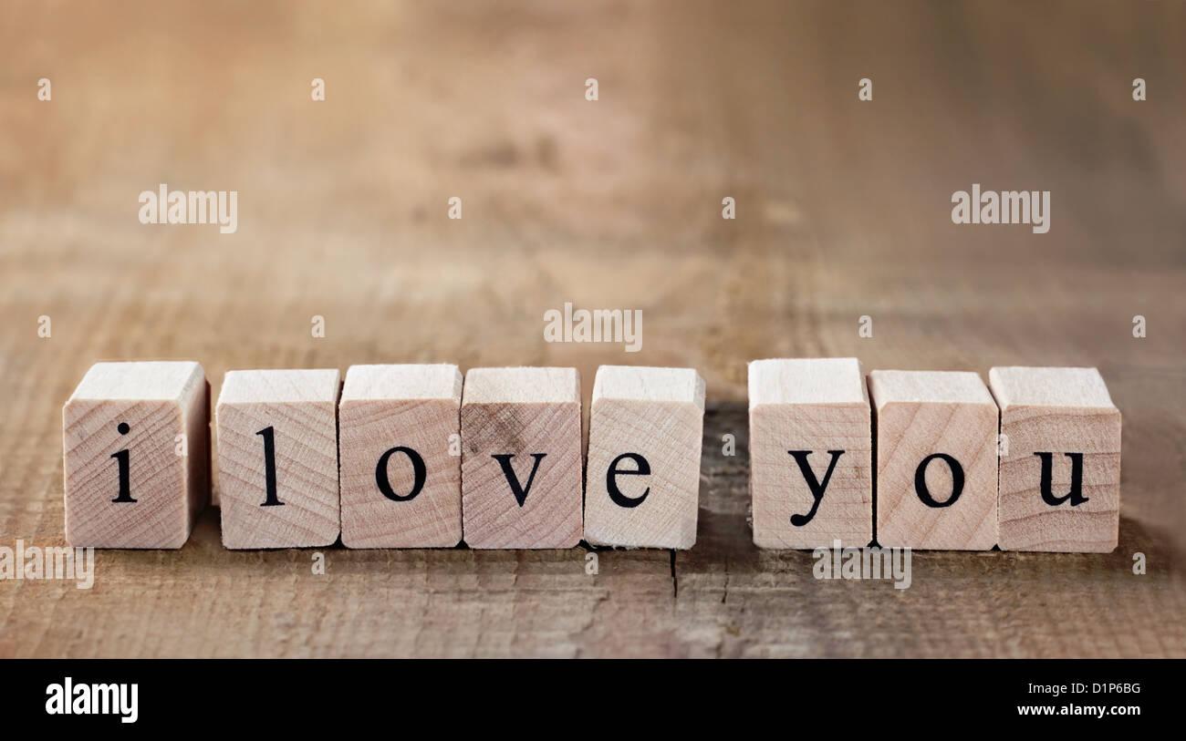Message je t'aime en toutes lettres dans des blocs de bois avec copie espace Photo Stock