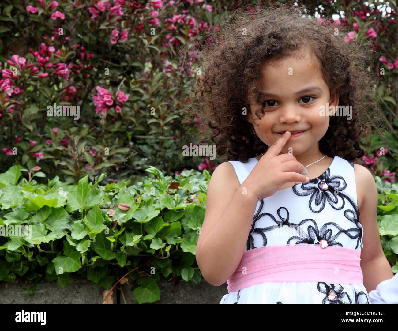 Un jeune enfant timide de l'appareil photo Photo Stock