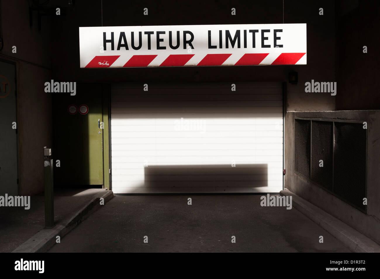 Paris, France: Avertissement de limite de hauteur en français à l'entrée d'un parking Photo Stock