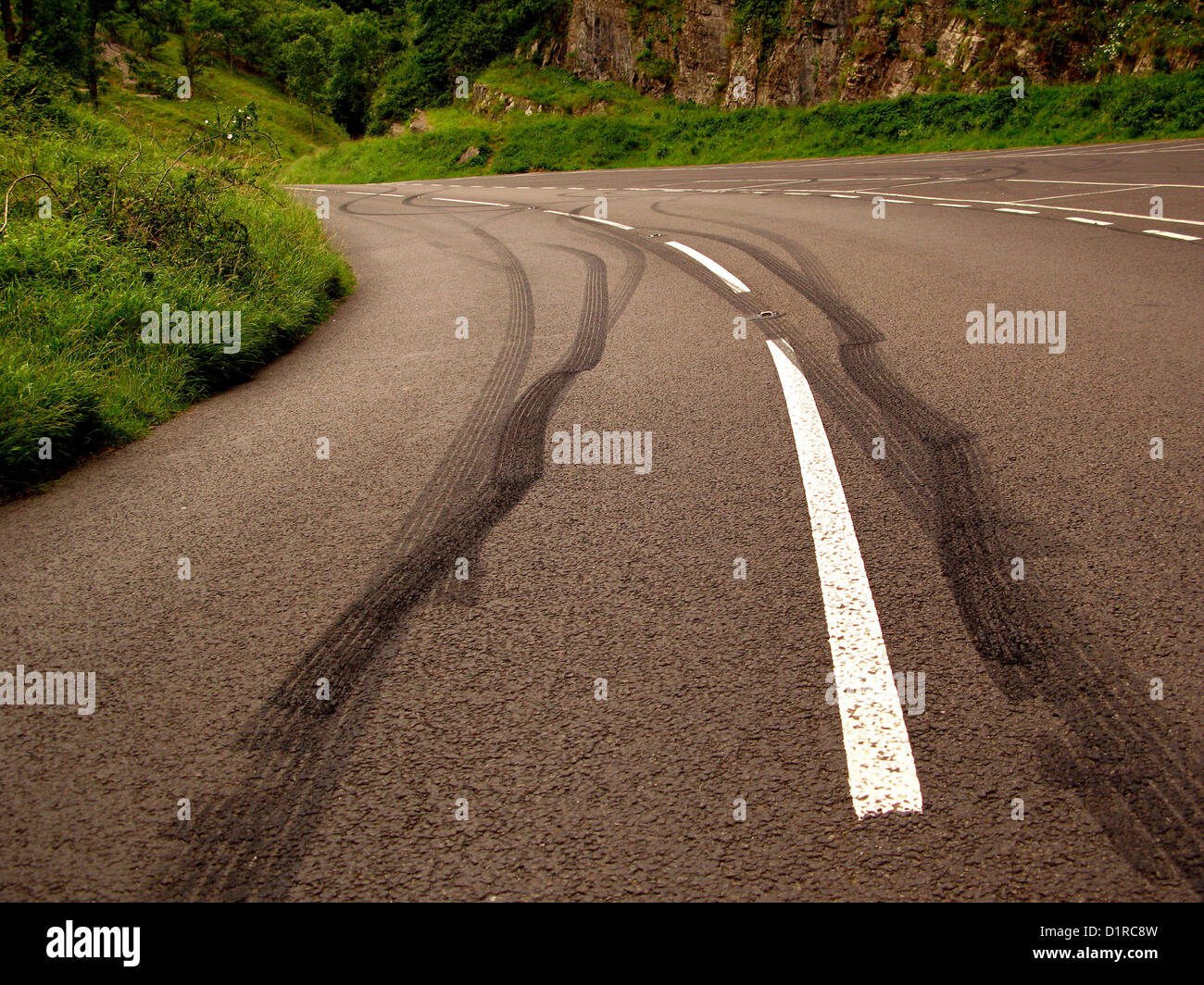 Marques de dérapage à gauche dans la route par ennuyer conducteurs adolescents à jouer Photo Stock
