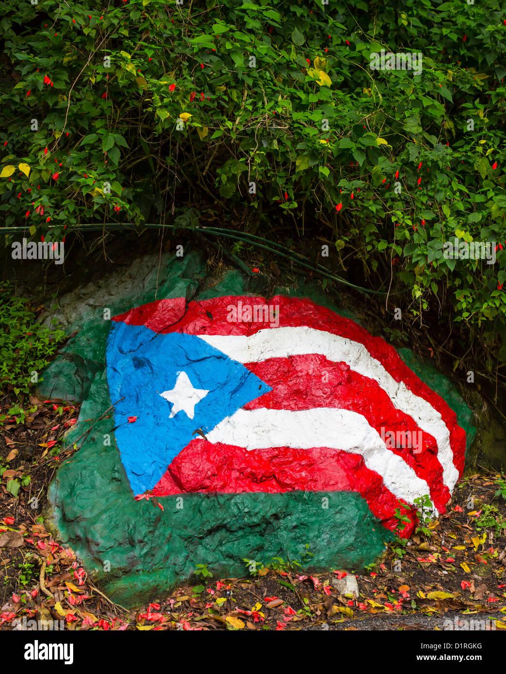 ADJUNTAS, PUERTO RICO - Puerto Rico drapeau peint sur rocher sur la route. Photo Stock