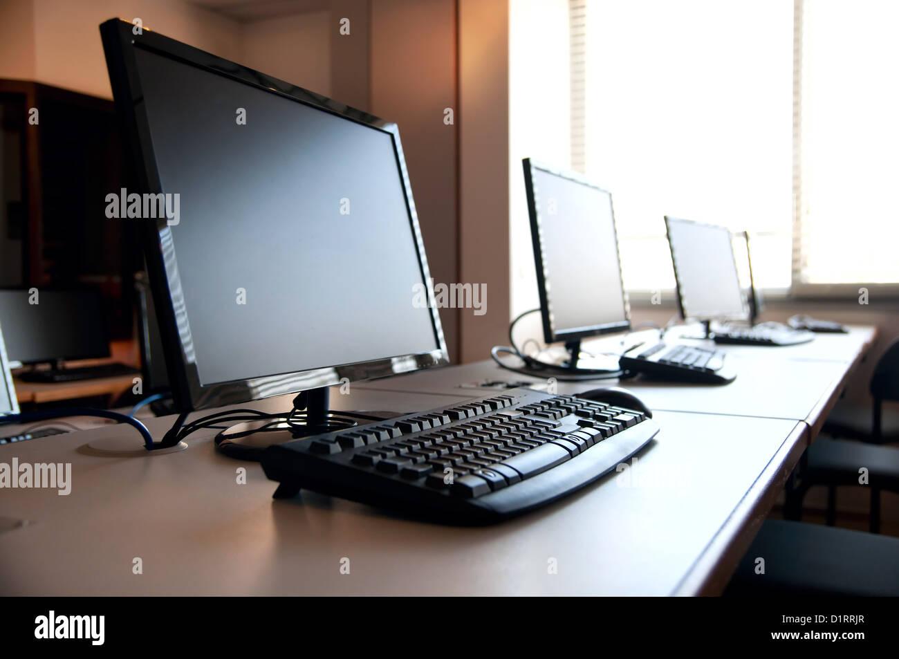 Ligne de PC de bureau de travail dans la salle de classe Photo Stock