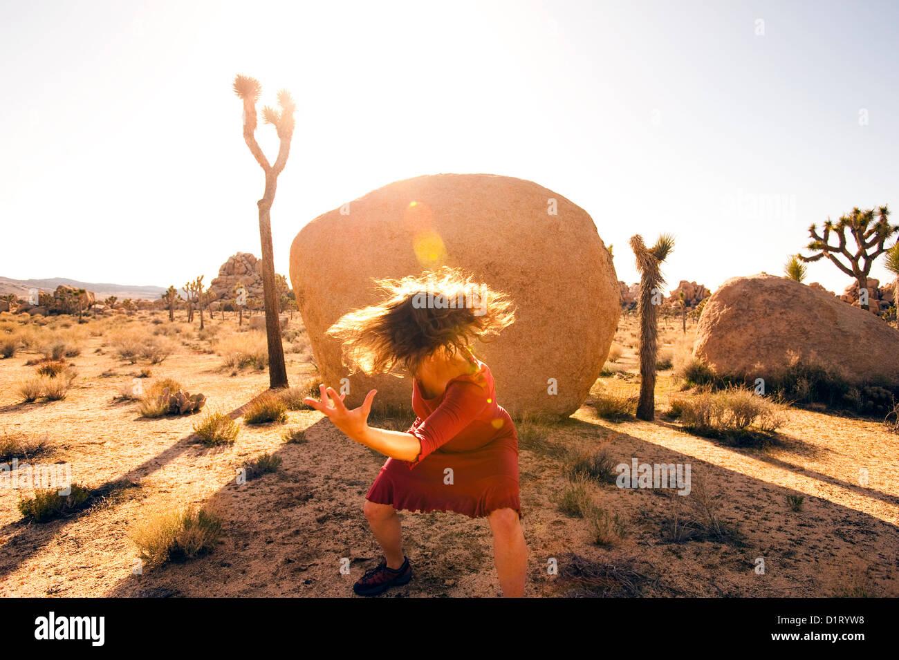 Femme sauvage intense de danser dans le désert. Photo Stock
