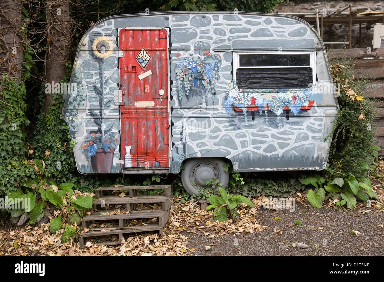 Une petite caravane décorée comme une chambre avec porte avant et ...