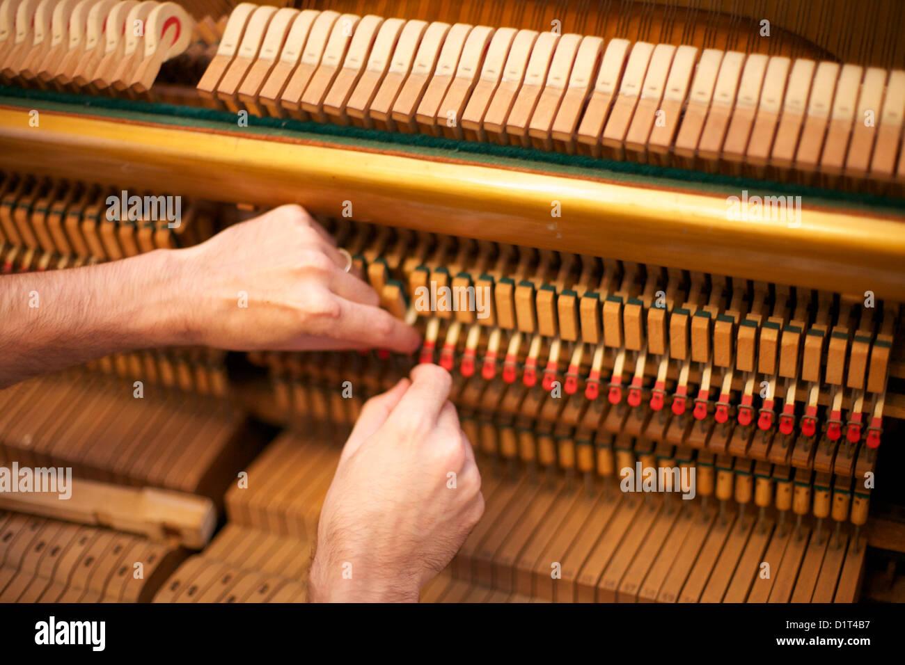 Piano tuning man Banque D'Images