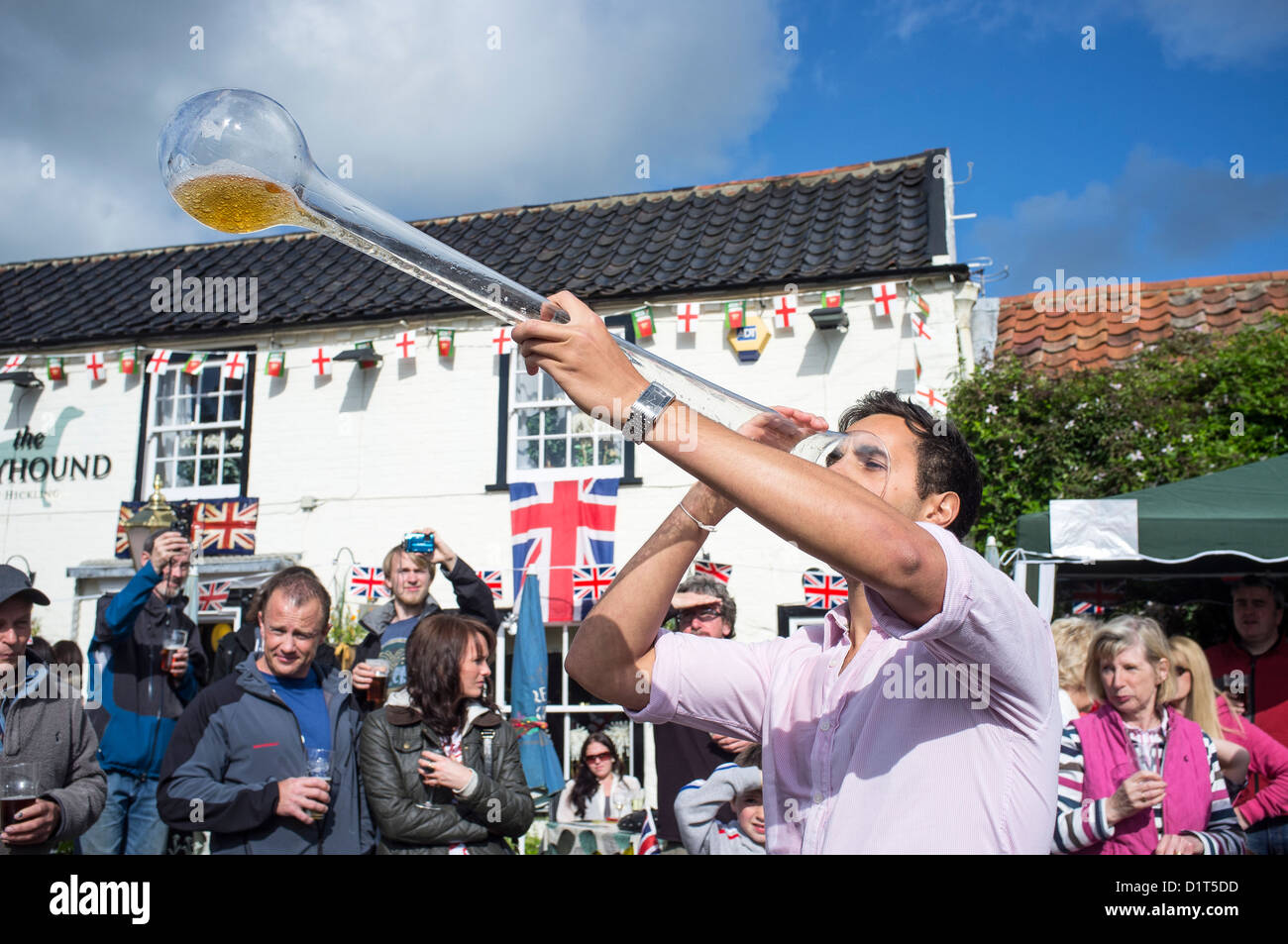Jeune homme de cour Potable de Ale au Village Pub pendant les célébrations Jubille de diamant de la Reine Photo Stock