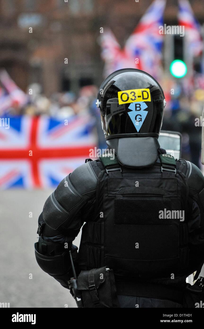 5 janvier 2013. Belfast, en Irlande du Nord - un agent de la PSNI Tactical Support Group (TSG) montres une foule Photo Stock